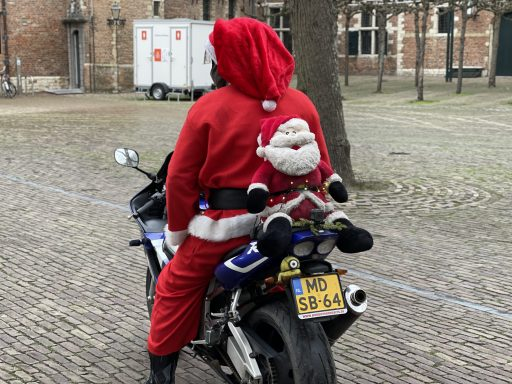 Afbeelding #003 voor het verhaal Het verhaal achter de motorrijdende Kerstman van Middelburg