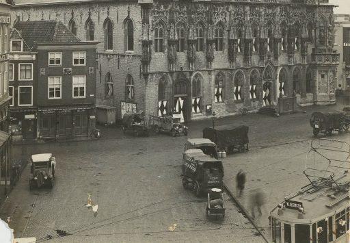 Afbeelding #000 voor het verhaal Op de Markt in Middelburg, jaren dertig