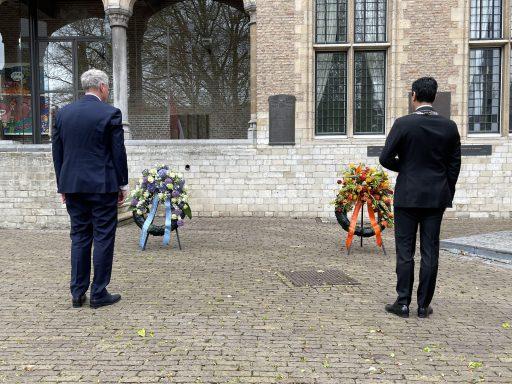 Afbeelding #005 voor het verhaal Dodenherdenking Middelburg 2021: de kranslegging op het Abdijplein